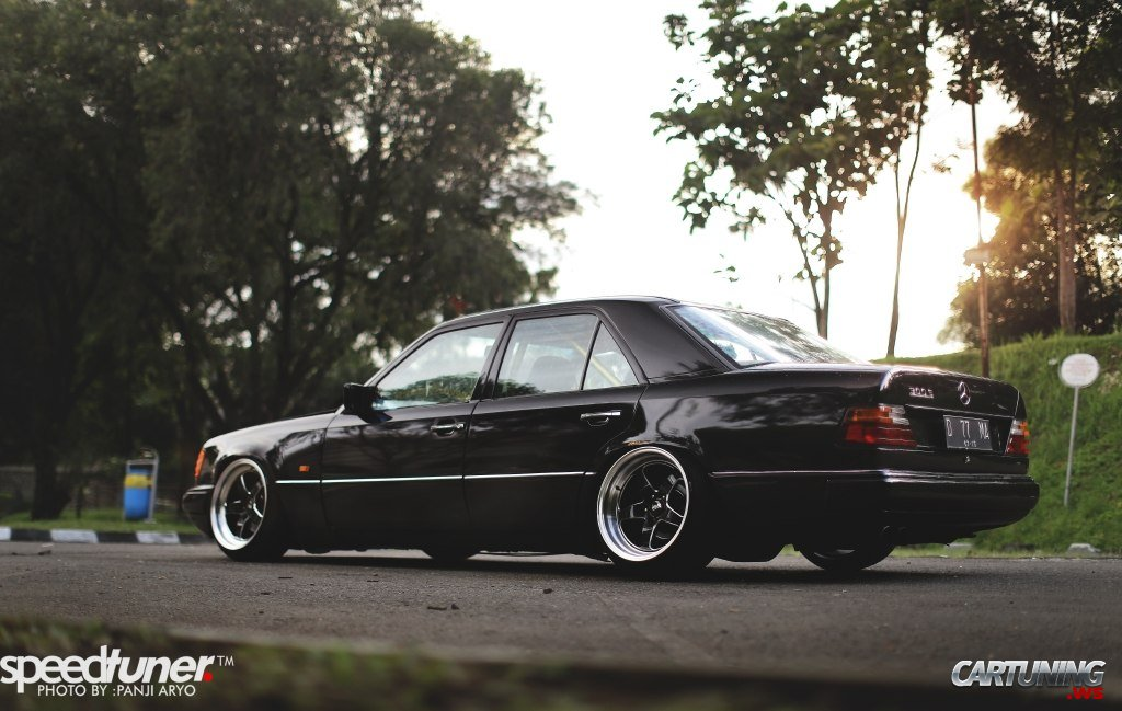 Stance Mercedes Benz 300e W124 Back