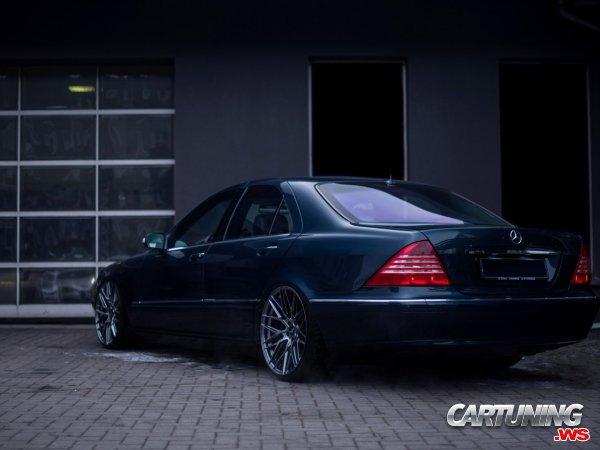 Stanced Mercedes-Benz S500 W220
